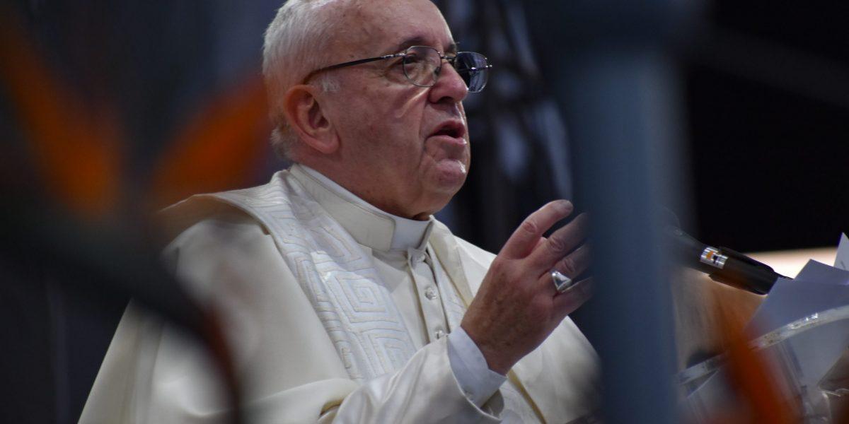 Papa: rezar é dialogar com Deus. Não cair na soberba de desprezar a oração vocal